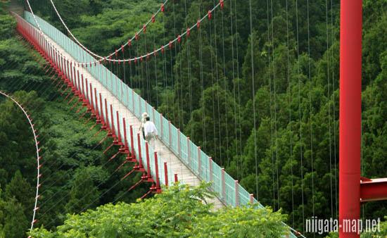 橋の上を歩く人