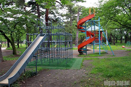 高田公園内の遊具