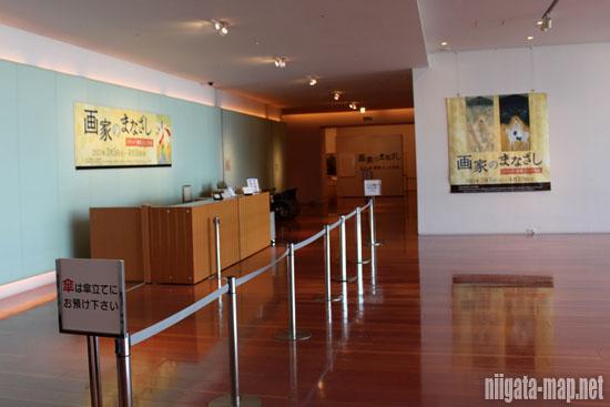 新潟県立万代島美術館入り口付近