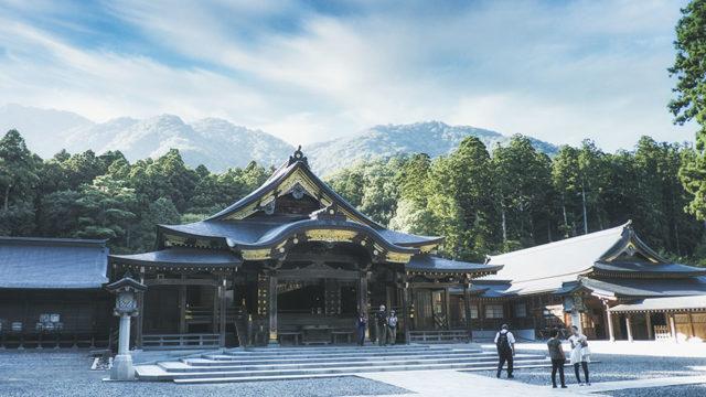 彌彦神社の境内の写真