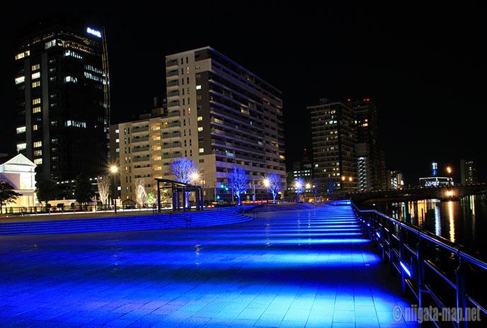 万代テラス青色ライトアップ