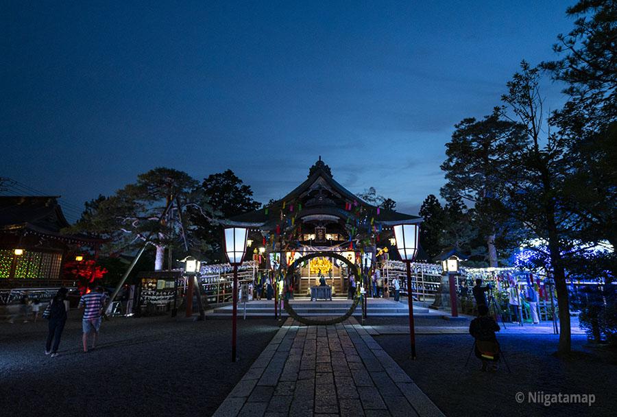 夜の五泉八幡宮(神社)
