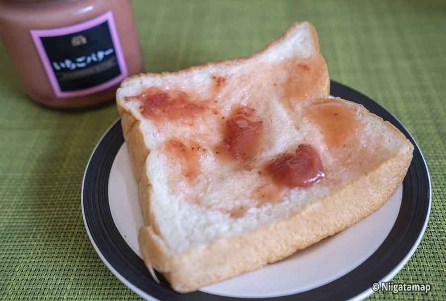 苺ジャムをつけたパン