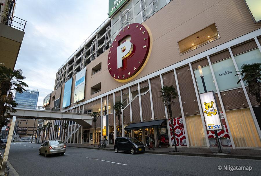 新潟市万代シティのビルボードプレイス