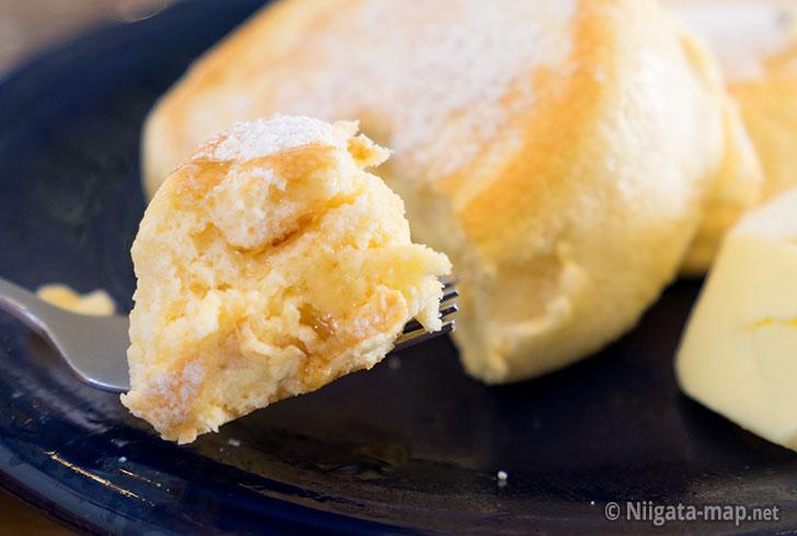 プレーンにシロップをかけたパンケーキ