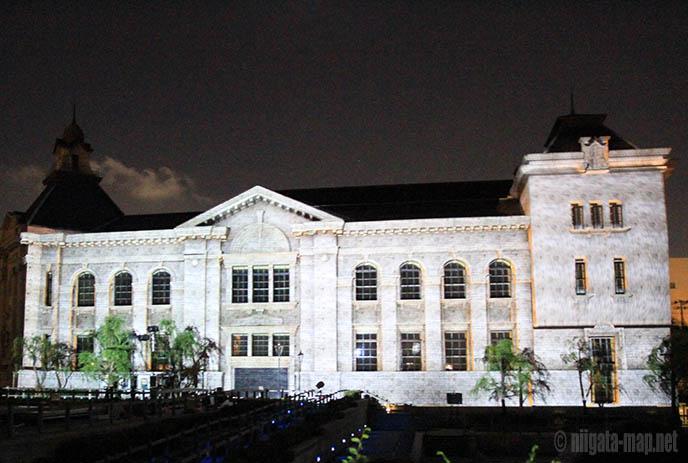 映像が投影された建物