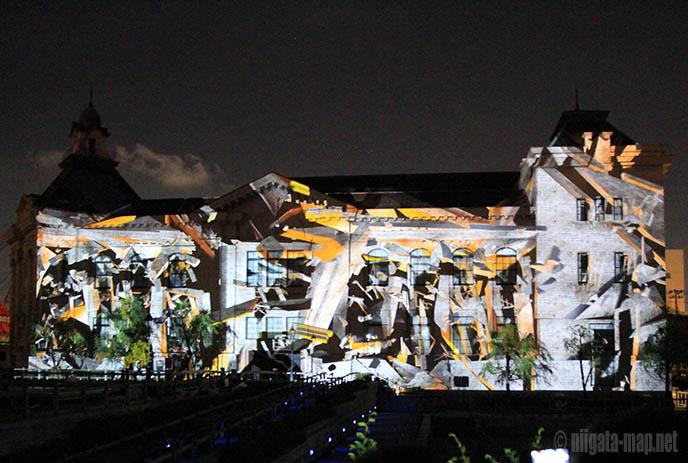 映像の建物が崩れ落ちる様子