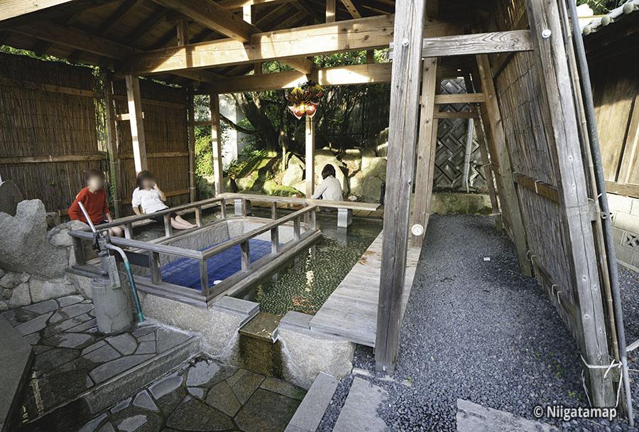 村杉温泉「薬師の足湯」は日本で有数のラジウム温泉地です