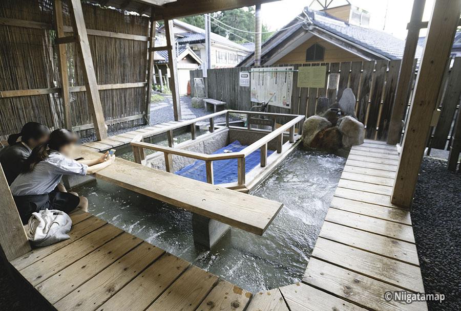 村杉温泉の足湯を後ろ側から撮った写真