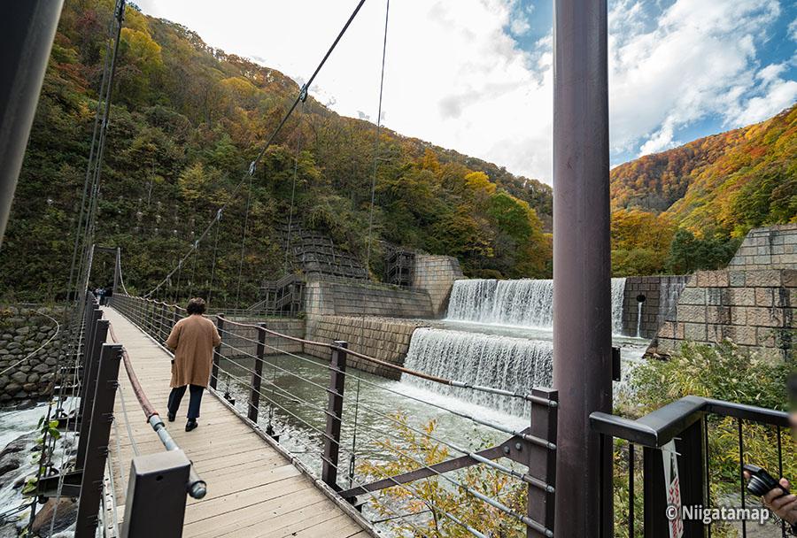苗名滝までの吊り橋