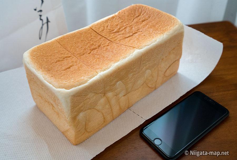 2斤の食パンとアイフォンのサイズ比較